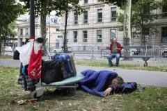 © Stephan NORSIC/IP3, France, Paris. Cornel et Rosita. Cornel et Rosita viennent de se faire déloger par la Police de sous le metro Nationale ou ils avaient installe leur tente. Ils s'installent alors quai d'Austerlitz. La nuit ils peuvent s'abriter dans la gare.