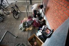 © Stephan NORSIC/IP3, France, Paris. Cornel et Rosita gare d'Austerlitz. Rosita est malade et Cornel s'occupe d'elle.