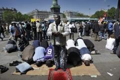 © Stephan NORSIC. Occupation du parvis de l'opéra Bastille. La prière. Paris. 3 juin 2010.