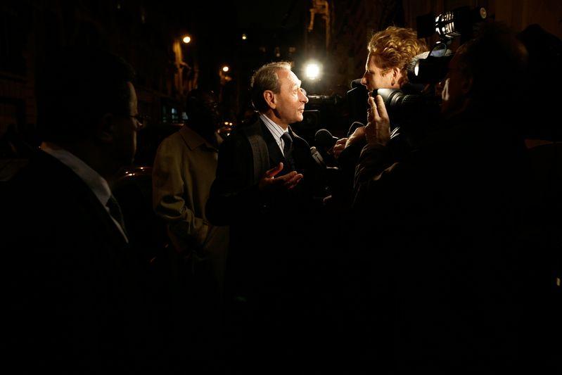 Paris (75) : Bertrand Delanoé discutant avec les journaliste après avoir voter lors du vote des adhérents socialistes pour départager les six motions en lice en vue du congrès du PS à Reims qui aura lieu le 14, 15 et 16 novembre (07/11/08)