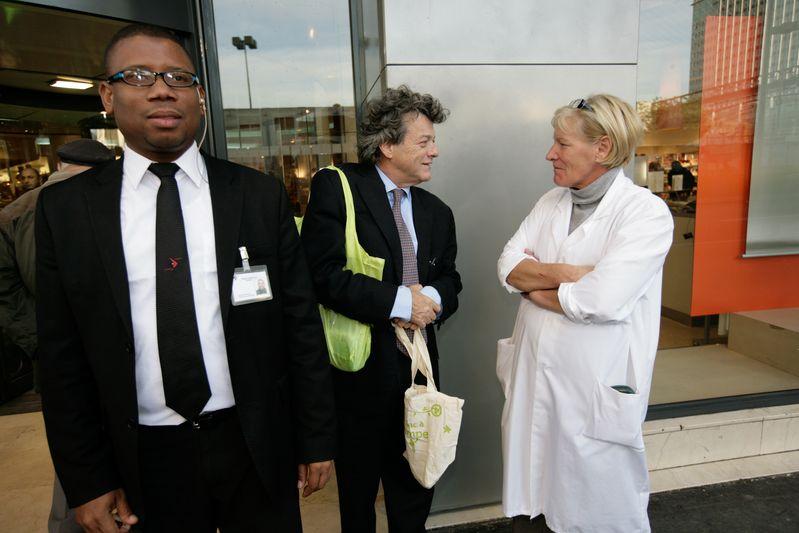 Paris (75) : Jean-Louis Borloo, ministre d'Etat, ministre de l'Ecologie, de l'Energie, du Développement durable et de l'Aménagement du territoire, visite le magasin Monoprix Montparnasse (23/10/08)
