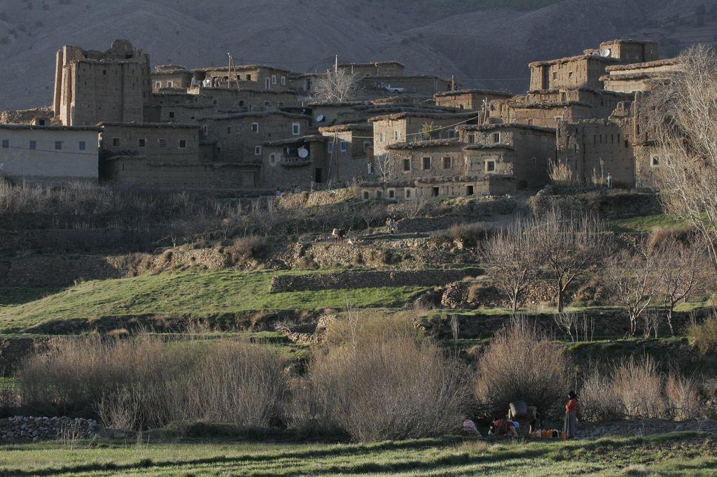 Haut-Atlas. La vallée des Aït Bouguemaz. Le Village de Ighirine et ses environs.